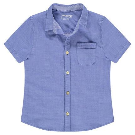 Camisa de manga corta azul con bolsillo tipo parche