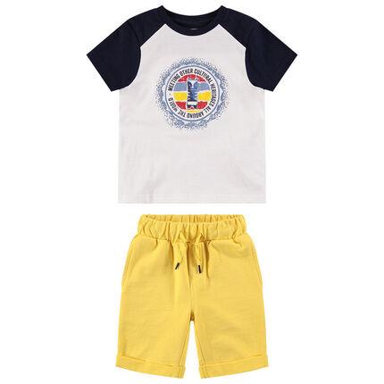 Conjunto con camiseta bicolor estampada y bermudas lisas amarillas