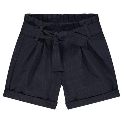 Pantalón corto de rayas finas all over y cintura plisada