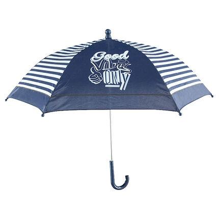 Paraguas con rayas que contrastan y dibujos de fantasía