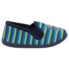 Zapatillas bajas de rayas que contrastan y parche plastificado de fantasía