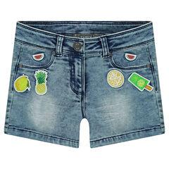 Pantalón corto vaquero con efecto gastado y arrugado con parches cosidos