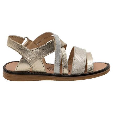 Sandalias doradas con tiras texturizadas de piel.