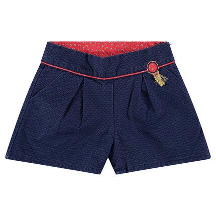 Pantalón corto liso con parche con flecos y toques de rojo