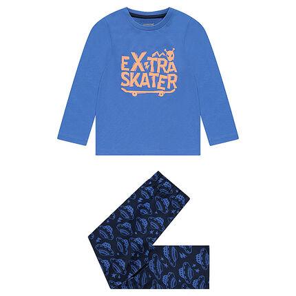 Pijama de punto con tabla de skate y platillos volantes estampados