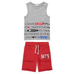 Conjunto de camiseta con mensaje estampado y bermudas rojas