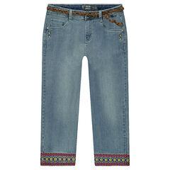 Pantalón corsario vaquero con efecto desgastado y frisos bordados