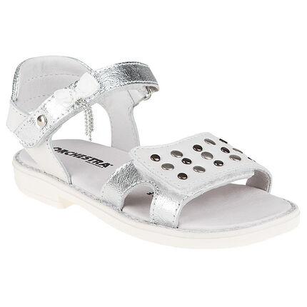 Sandalias blancas y plateadas con remaches metálicos