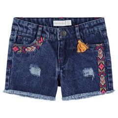 Pantalón corto con efecto cenefas bordadas de estilo étnico y acabado con flecos