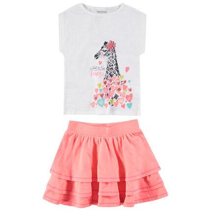 Conjunto con camiseta con estampado de girafa y falda con volantes rosa.