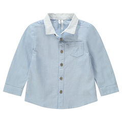 Camisa de manga larga azul con cuello liso y bolsillo bordado