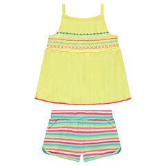 Conjunto con top bordado y pantalón corto con rayas que contrastan