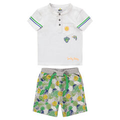 Conjunto con polo con parche ©Smiley y bermudas con estampado tropical all over