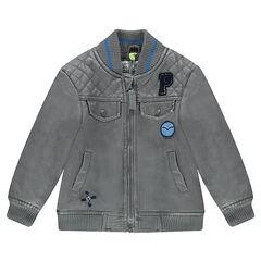 Cazadora de piel sintética gris con bolsillos y parches de fantasía