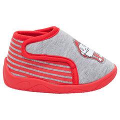 Zapatillas con forma de botines con velcro y parche plastificado
