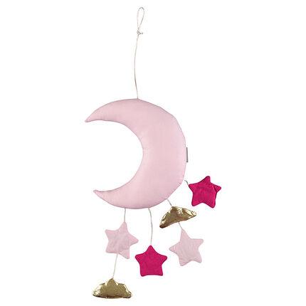 Móvil enguatado con forma de luna con pequeños elementos colgantes