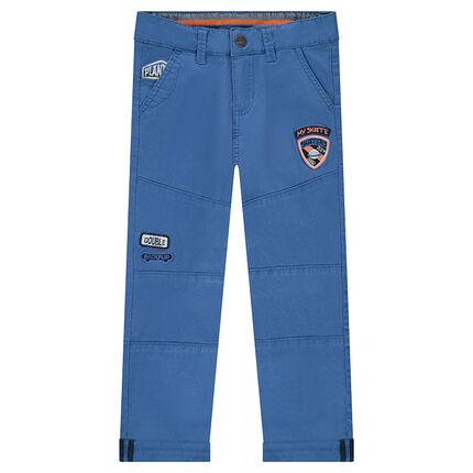 Pantalón liso azul con parches cosidos