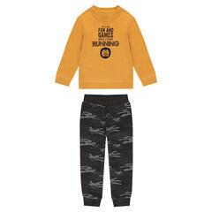 Chándal de felpa color mostaza con pantalón con estampado militar