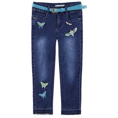 Vaqueros con efecto desgastado y arrugado con mariposas bordadas y cinturón brillante