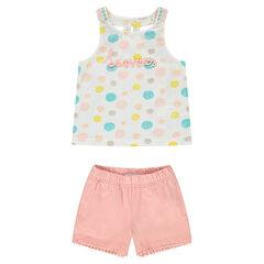 Conjunto con camiseta de lunares de colores y pantalón corto rosa claro