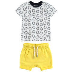 Conjunto con camiseta de manga corta con soles all over y pantalón corto amarillo