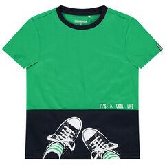 Camiseta de manga corta bicolor con zapatillas estampadas