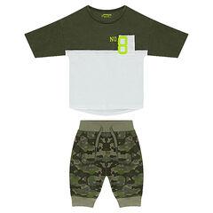 Conjunto con camiseta bicolor con forma boxy y bermudas de estampado militar